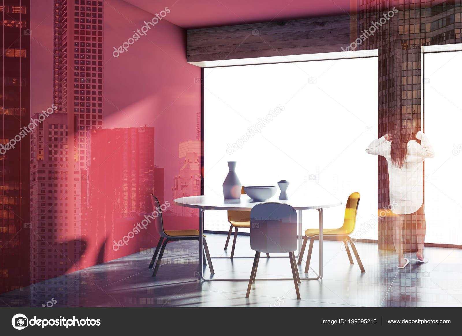 Femme Dans Intérieur Salle Manger Style Scandinave Mur Rouge ...