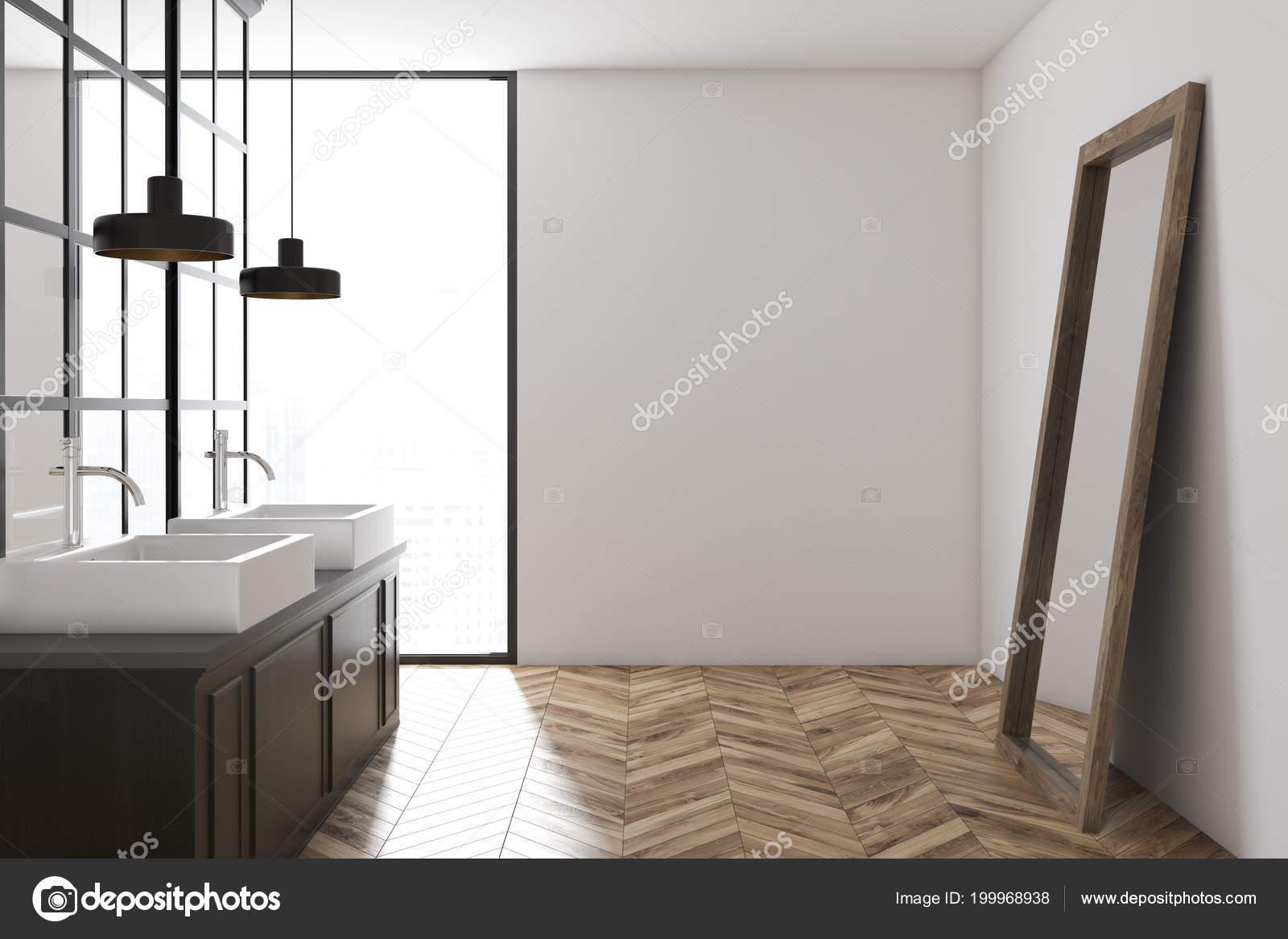 Decoratie Badkamer Muur : Witte muur badkamer interieur met een metalen decoratie details een