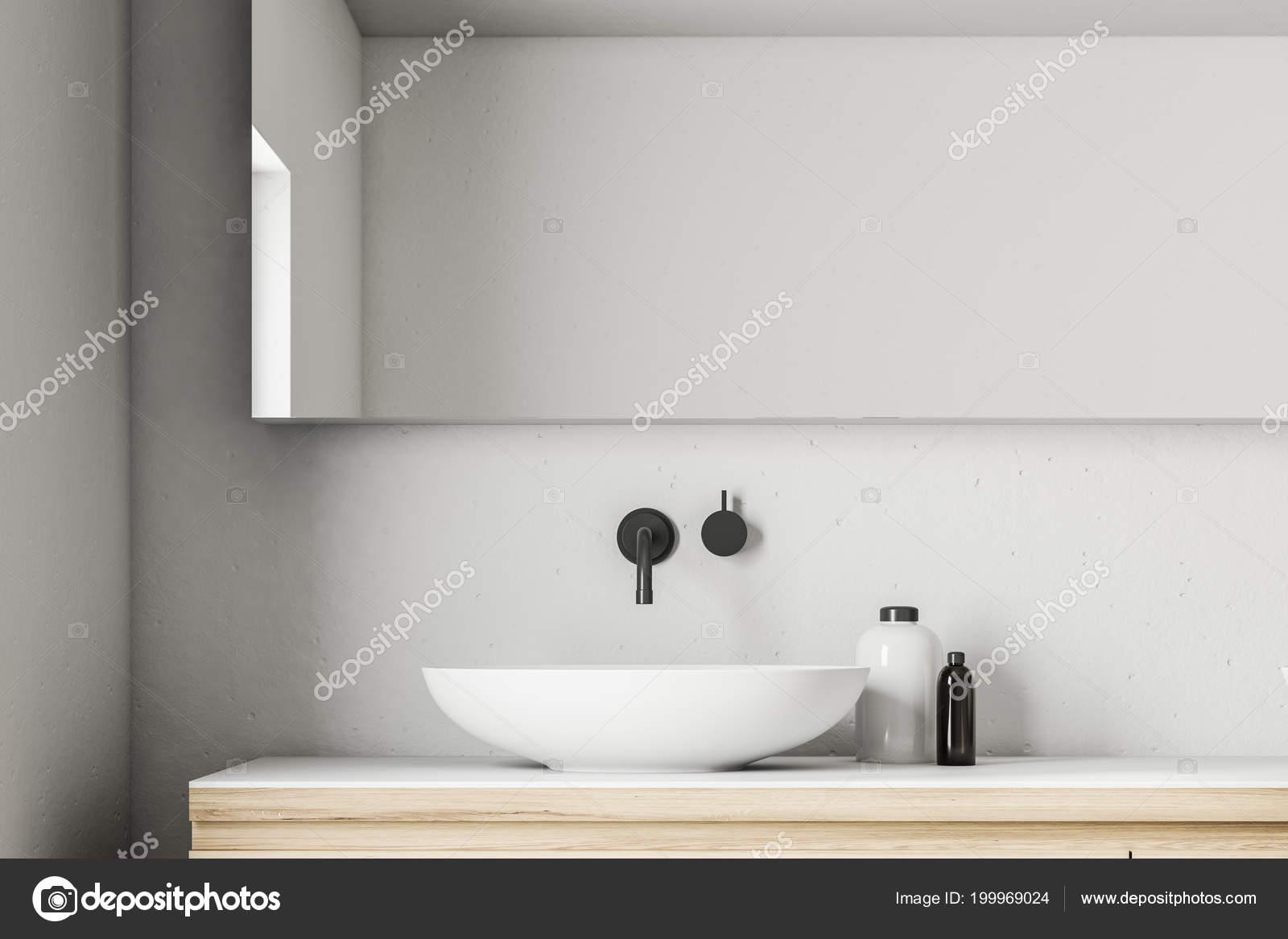 Piattino bianco come lavandino del bagno piedi controsoffitto