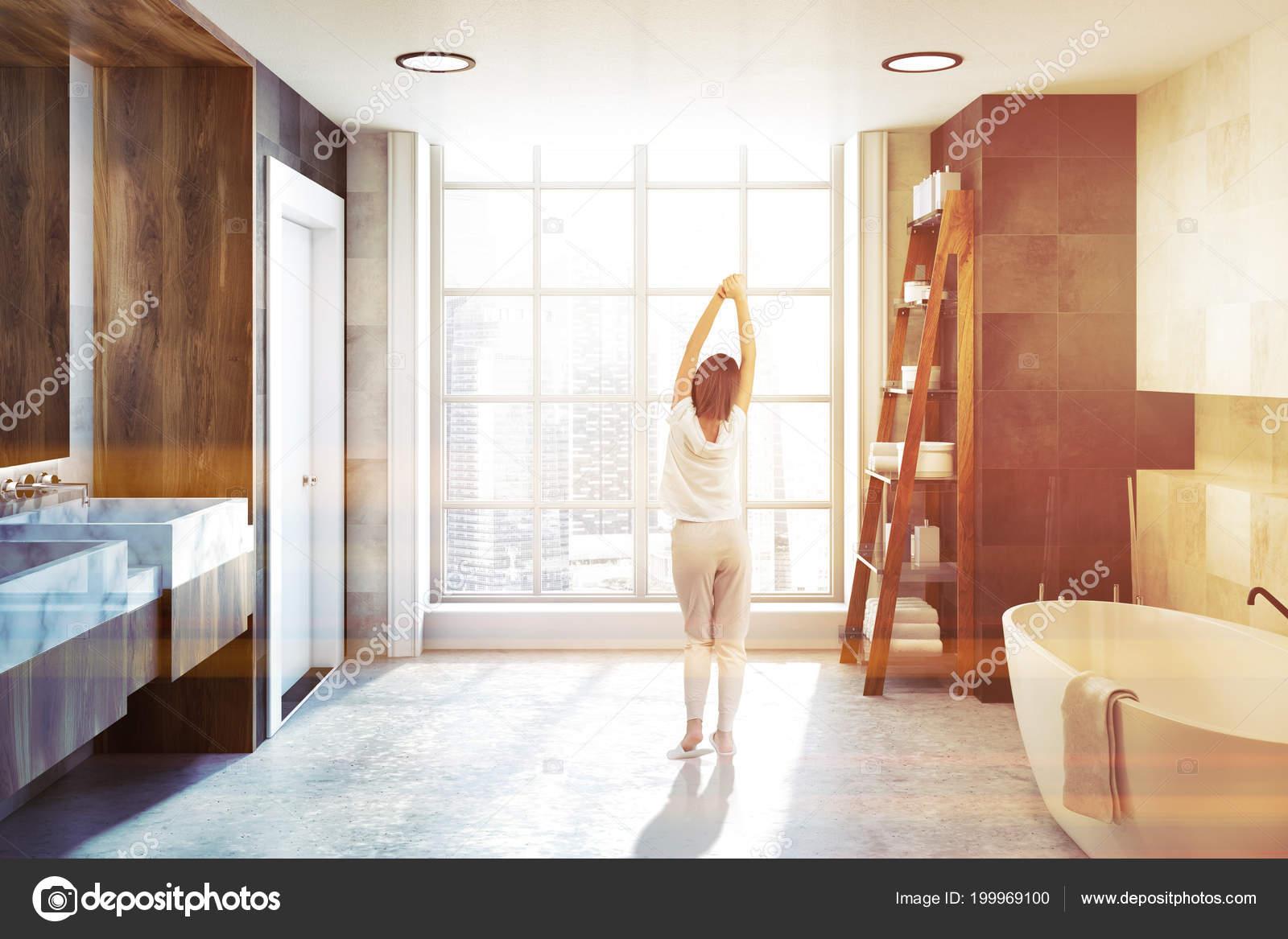 Witte tegels badkamer interieur met een betonnen vloer een grote