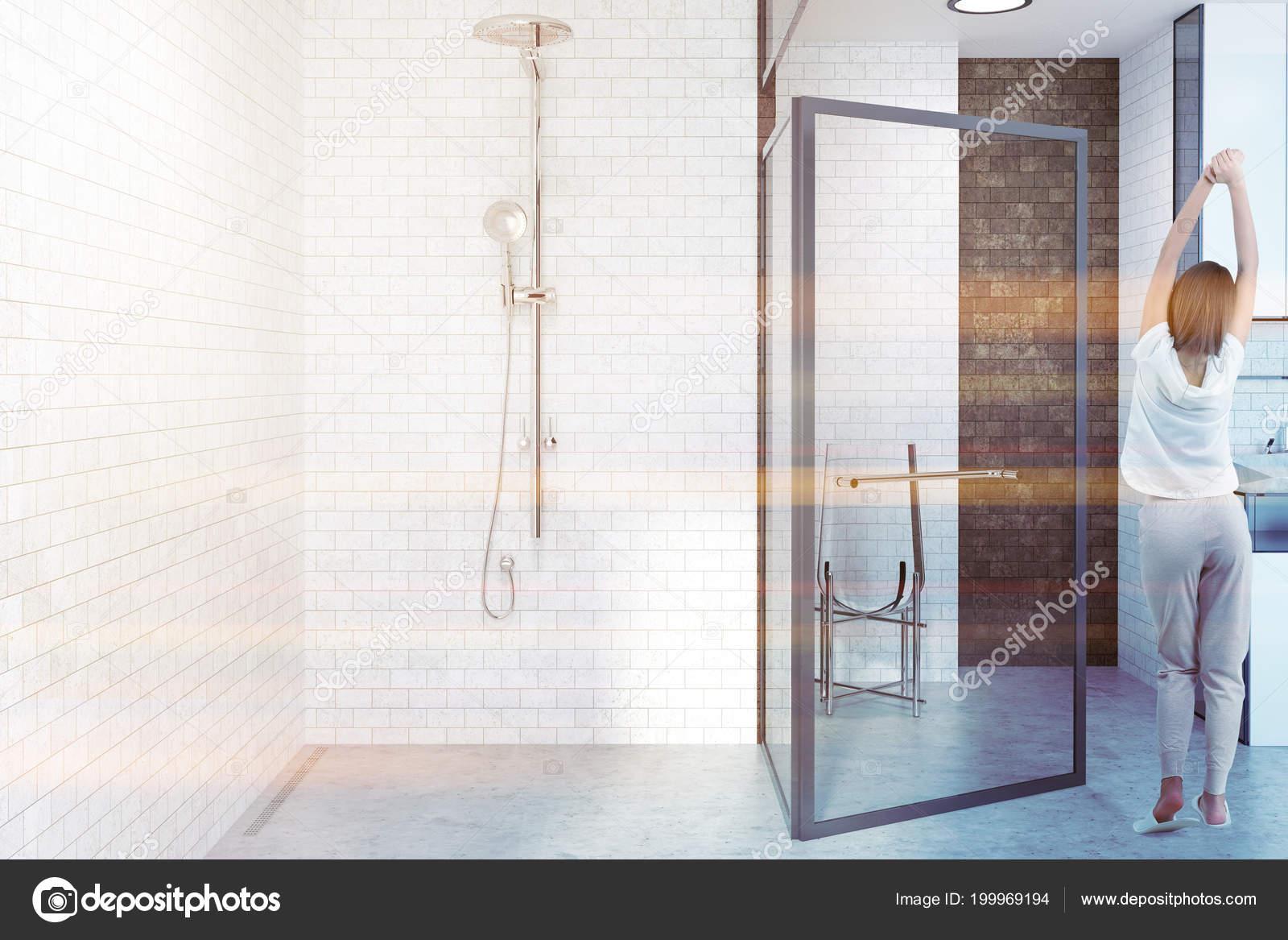 Bagno Con Doccia Aperta : Interiore stanza bagno mattoni bianchi con una porta vetro aperto