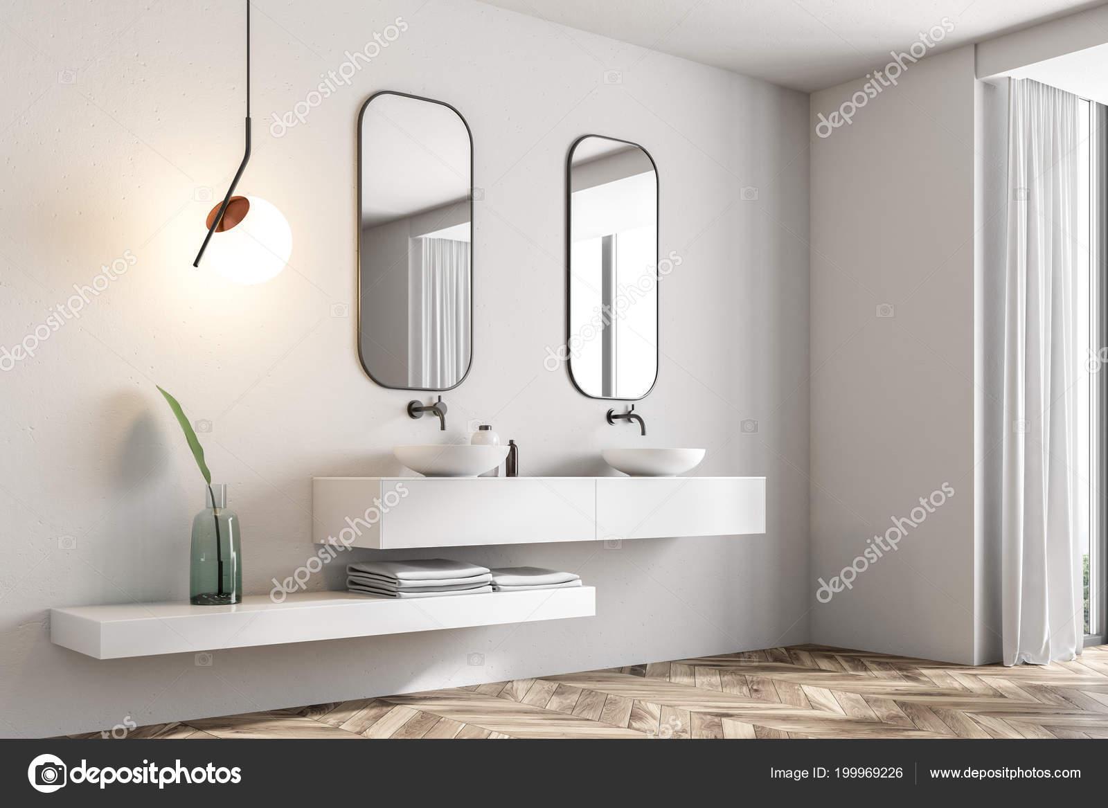 Witte Badkamer Wastafel : Hoek van badkamer met witte muren een dubbele wastafel staande