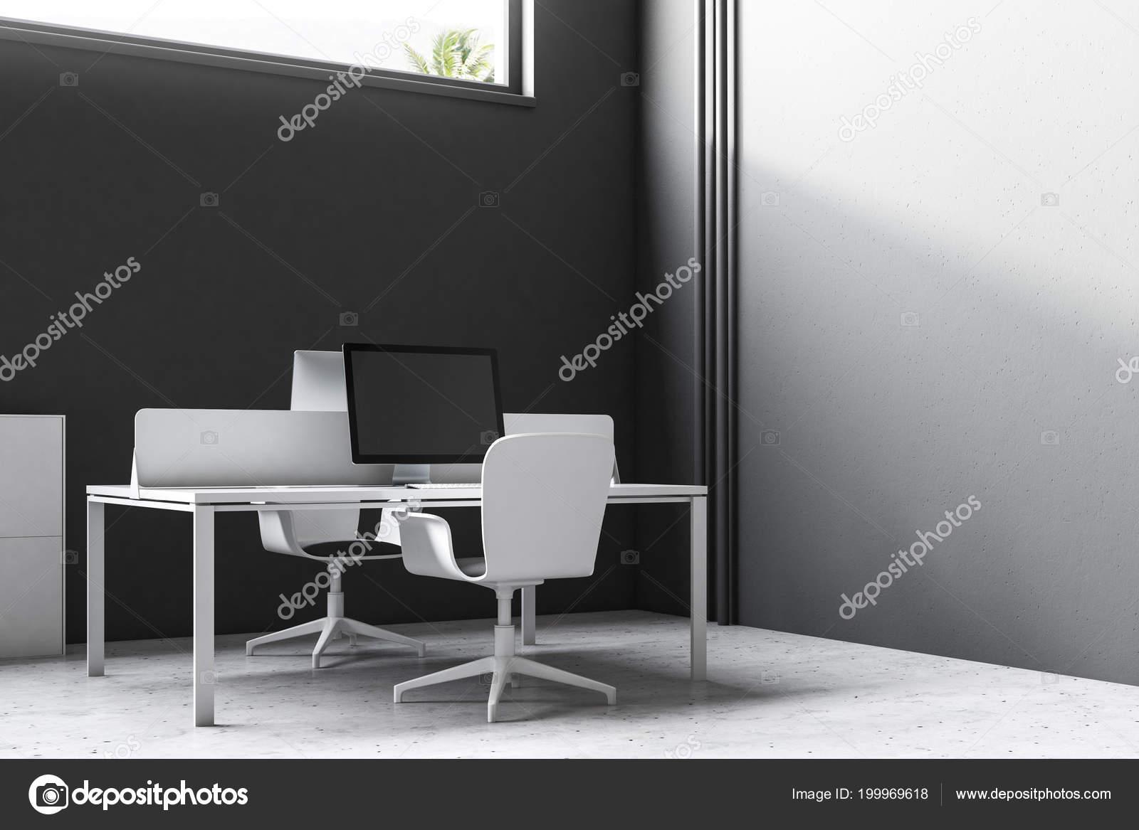 Intérieur bureau mur noir avec une table ordinateur Écran noir
