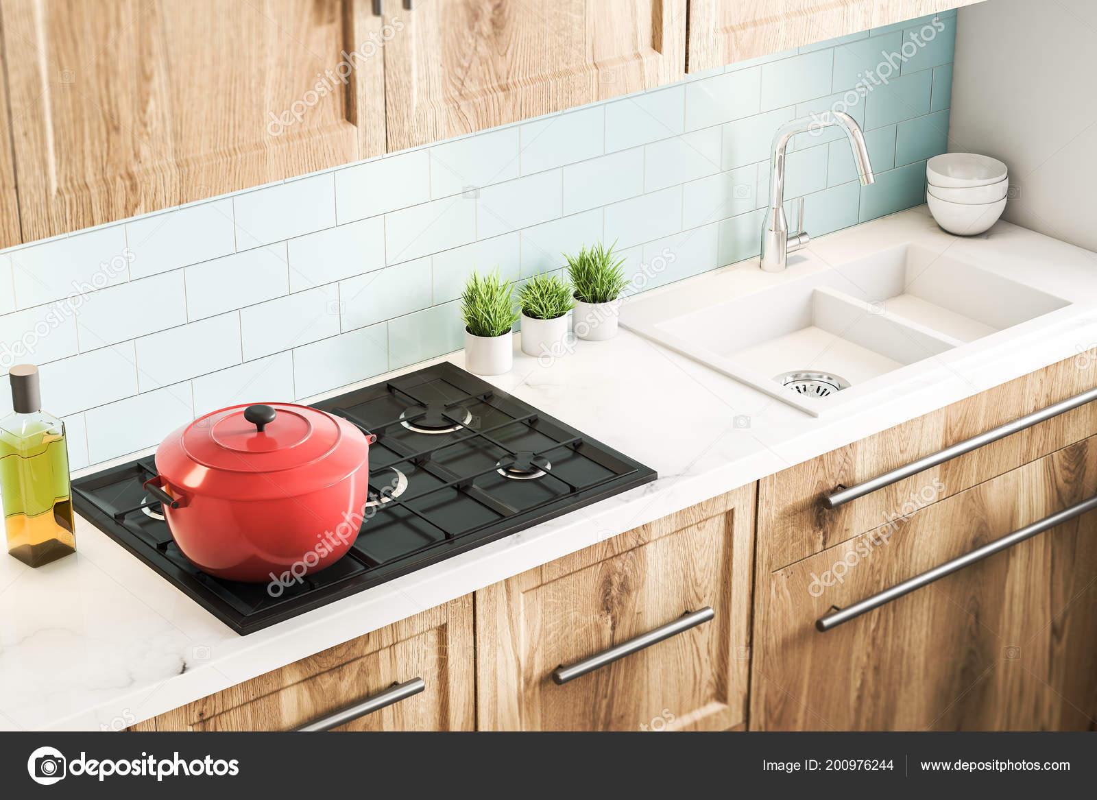 Ripiani In Legno Per Armadi : Mattonelle blu interiore della cucina con ripiani legno armadi