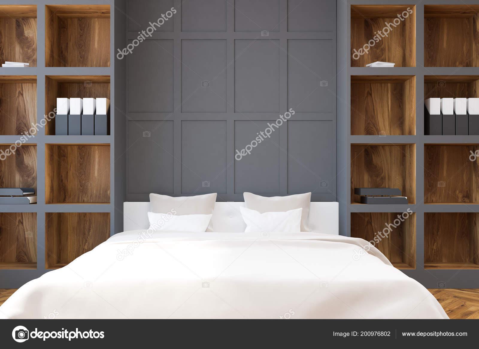 houten grijze muur slaapkamer interieur met een witte bed staan stockfoto