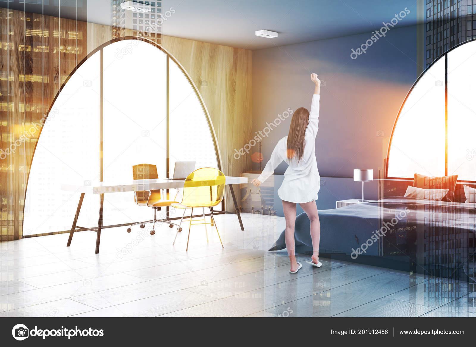 Femme dans bureau domicile intérieur chambre coucher avec des murs