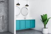 Bílá luxusní koupelna roh s betonovou podlahu, modré dvojité umyvadlo a dvě stříbrná zrcadla visí nad ní. Pojď dál. 3D vykreslování vysmívat se