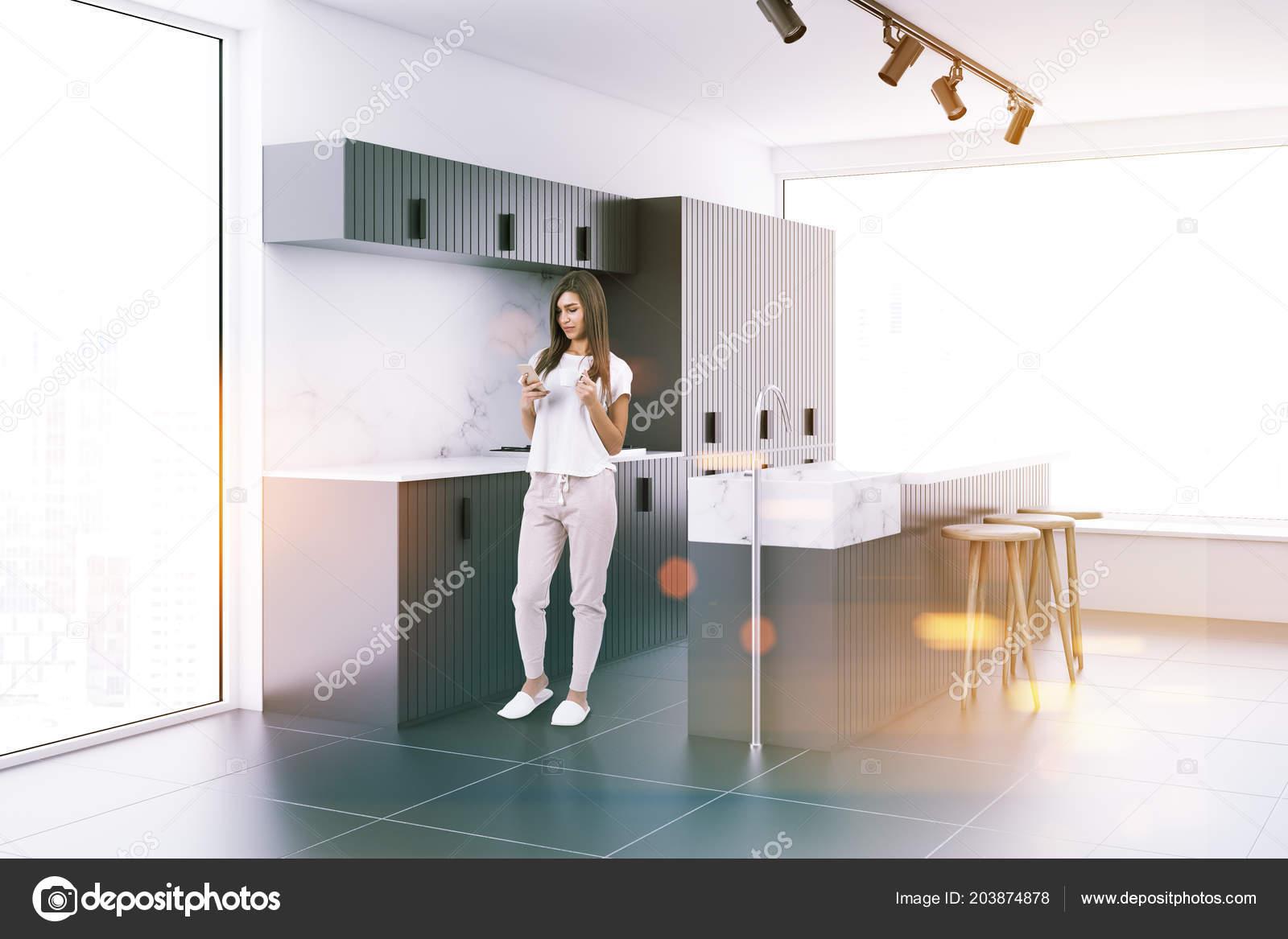 Kobieta Rogu Kuchnia Loft Białymi ścianami Posadzka Betonowa