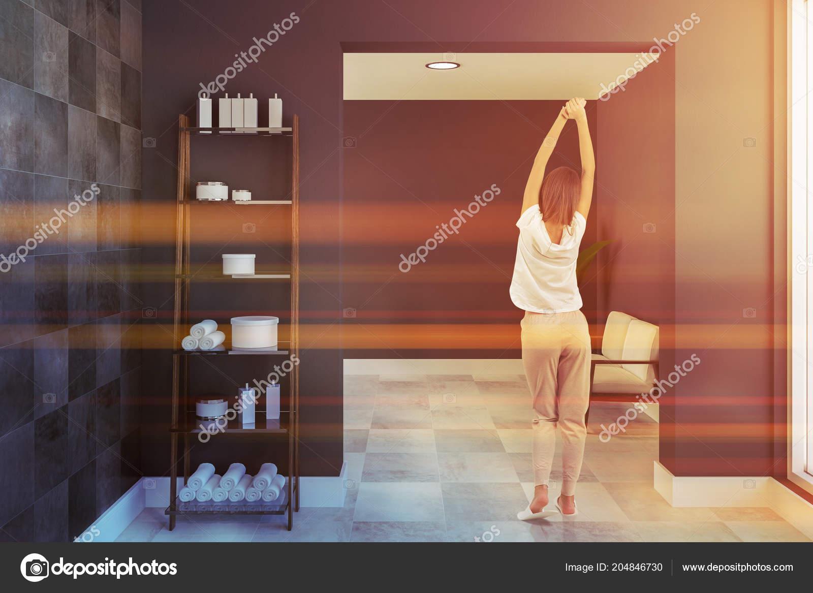 Mensole con asciugamani shampoo interno spazioso bagno con