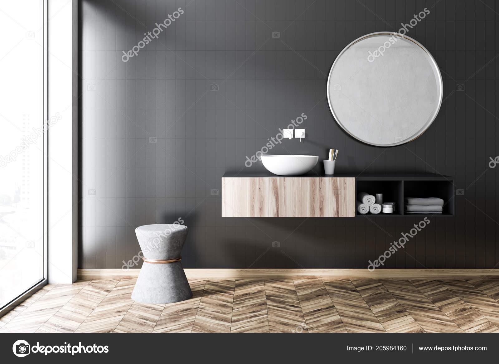 Nero piastrelle interni bagno con pavimento legno finestre