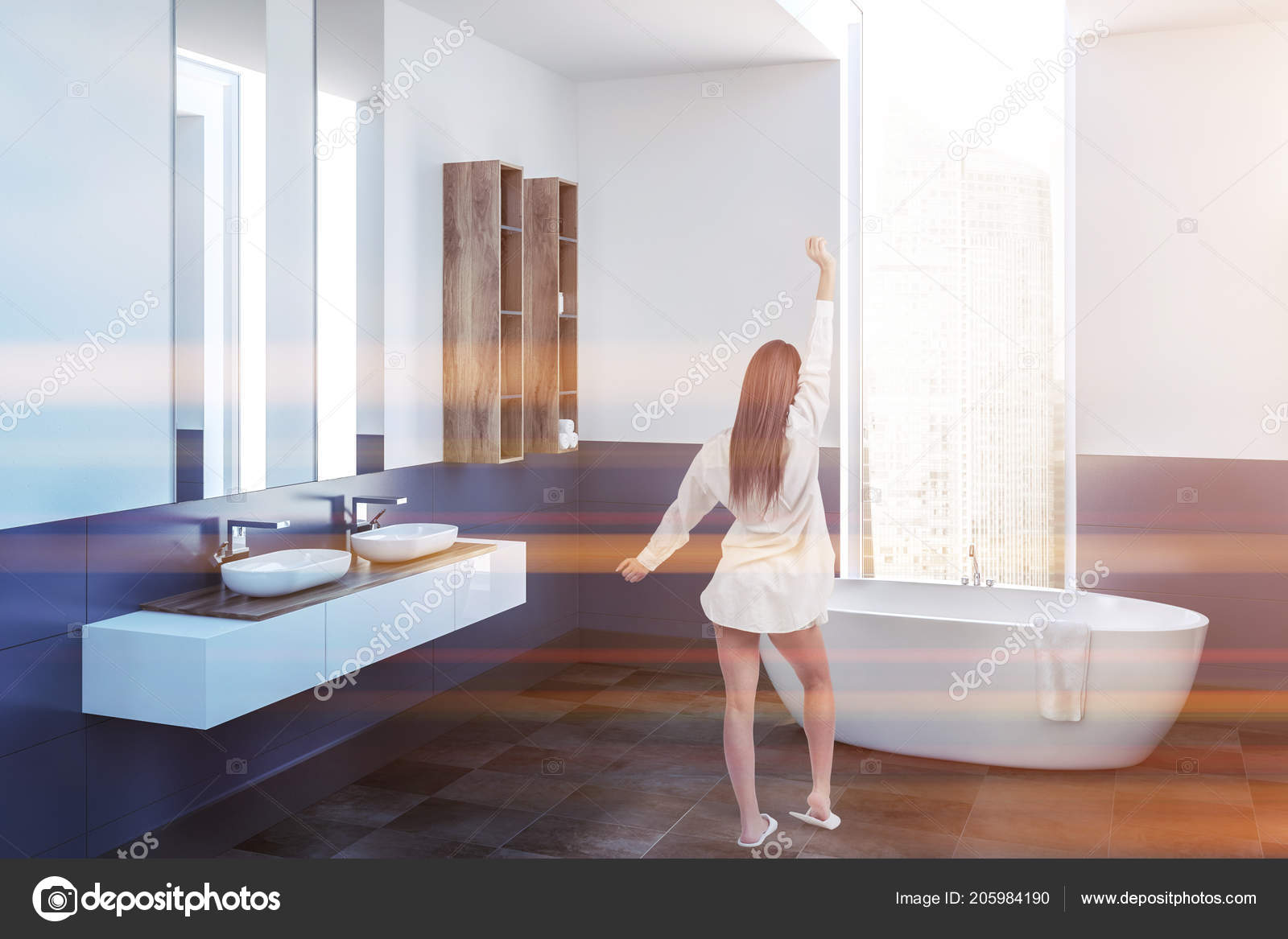 Femme Dans Un Coin De La Salle De Bains Moderne Avec Des Murs Blancs Et  Bleus, Un Sol Carrelé, Une Baignoire Blanche, Debout Sous La Fenêtre, ...