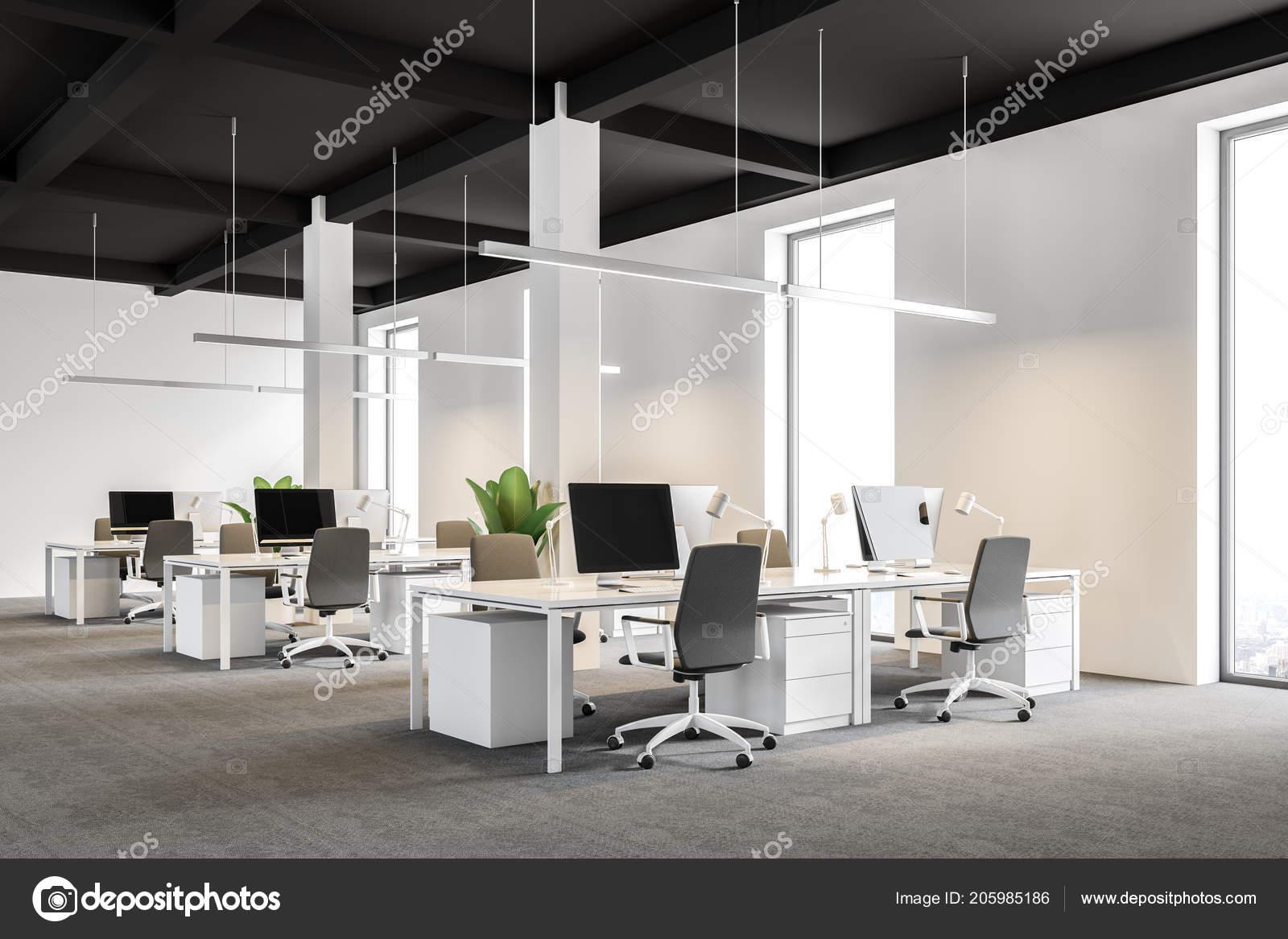 Vue latérale bureau société internationale moderne aux murs blancs