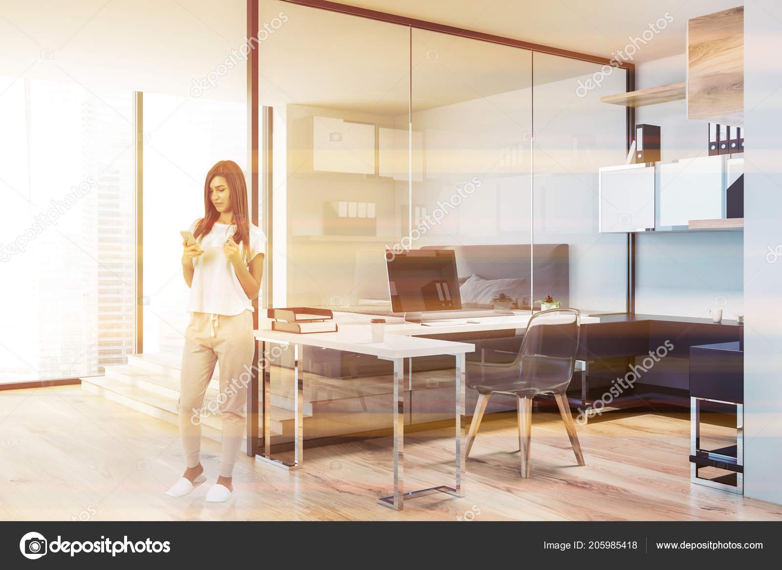 Femme avec smartphone dans une chambre coucher intérieur bureau