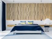 Interiér ložnice s dřevěnými stěnami, koberce na betonovou podlahu a manželská postel v blízkosti velké okno. Toaletního stolku. 3D vykreslování vysmívat se