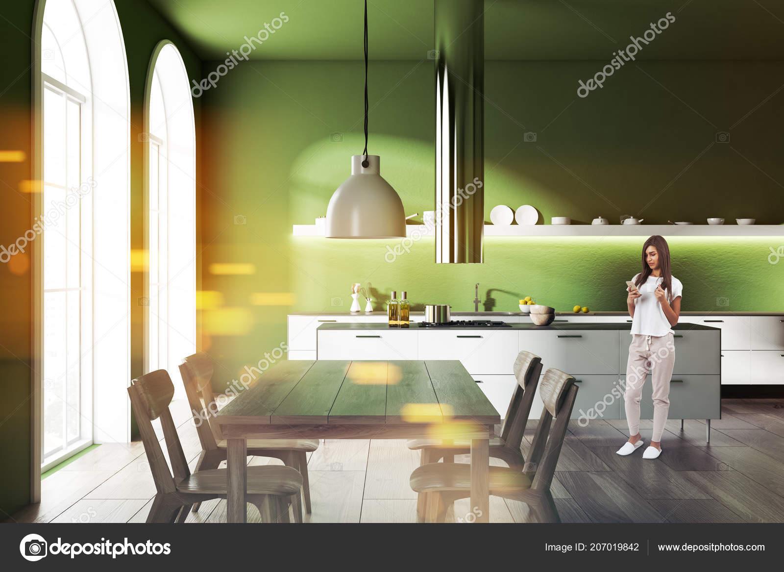 Pareti Della Cucina Verdi : Donna interiore moderno della cucina con pareti verdi pavimento