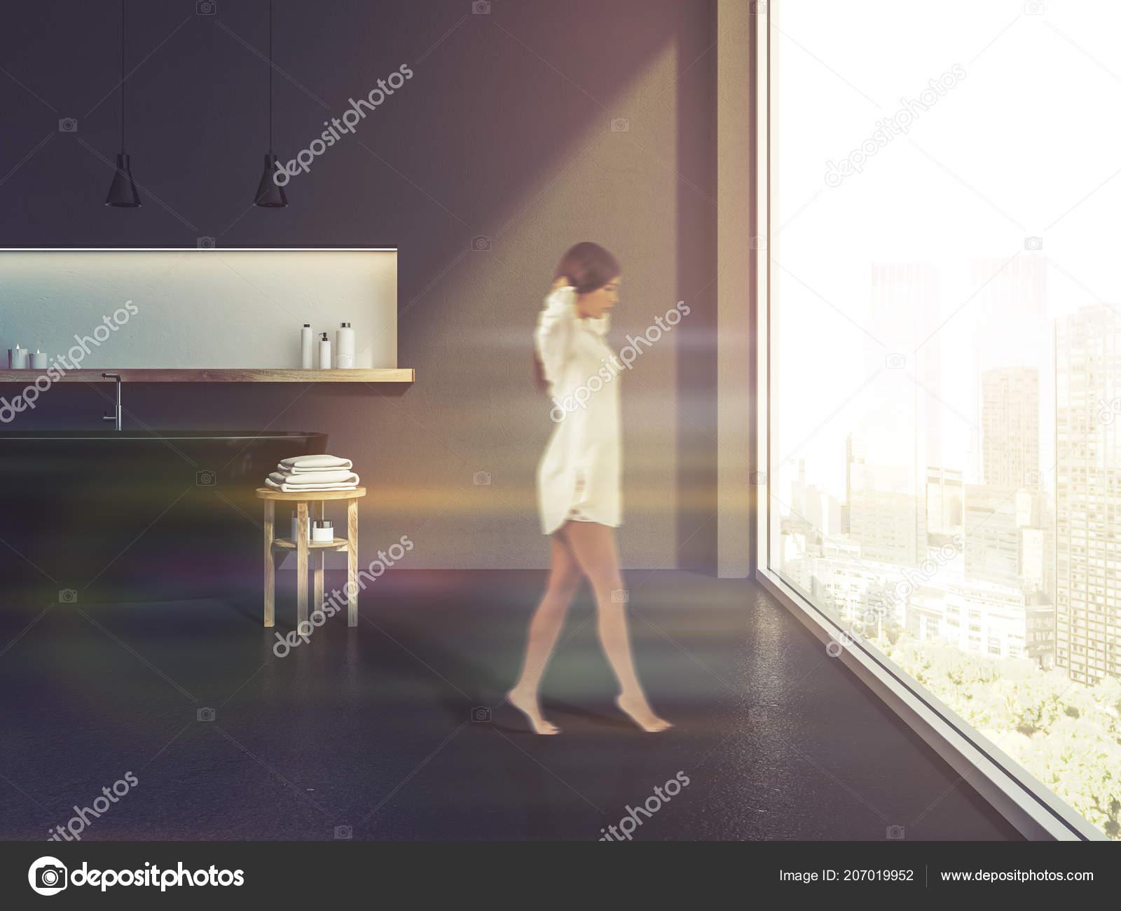 Femme Dans Intérieur Salle Bains Avec Des Murs Gris Sol ...