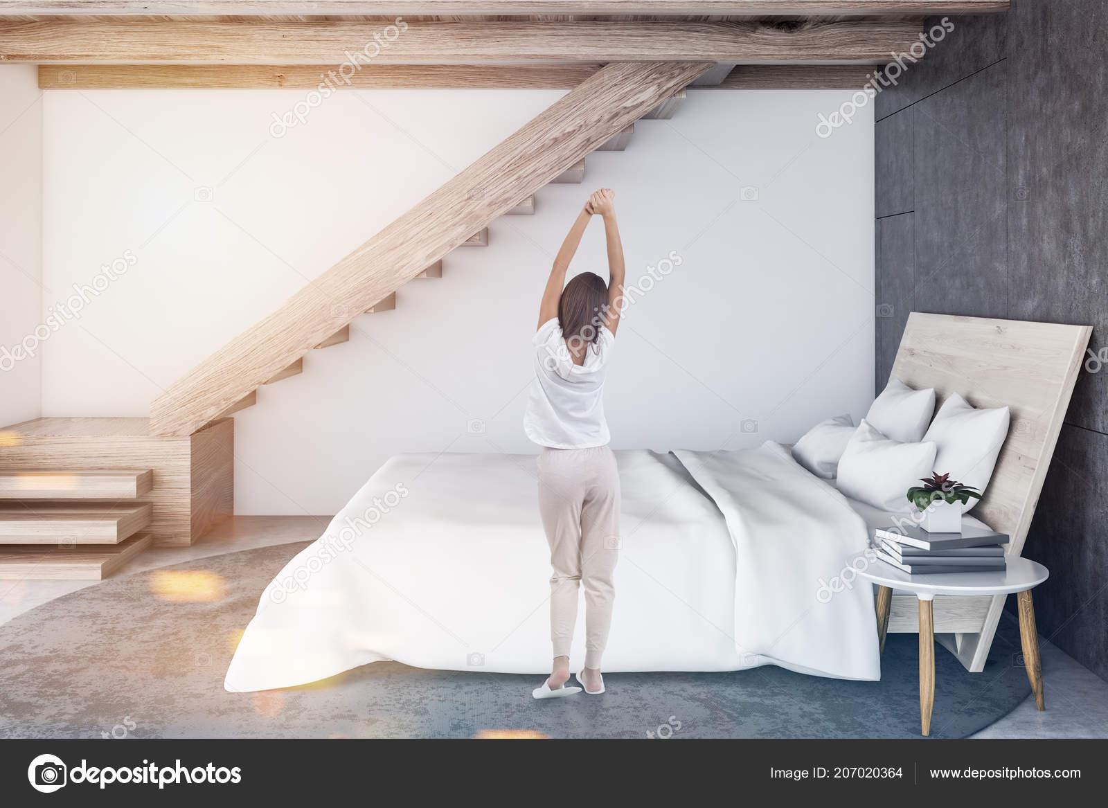 Femme Dans Intérieur Chambre Coucher Style Scandinave Avec Des Murs ...