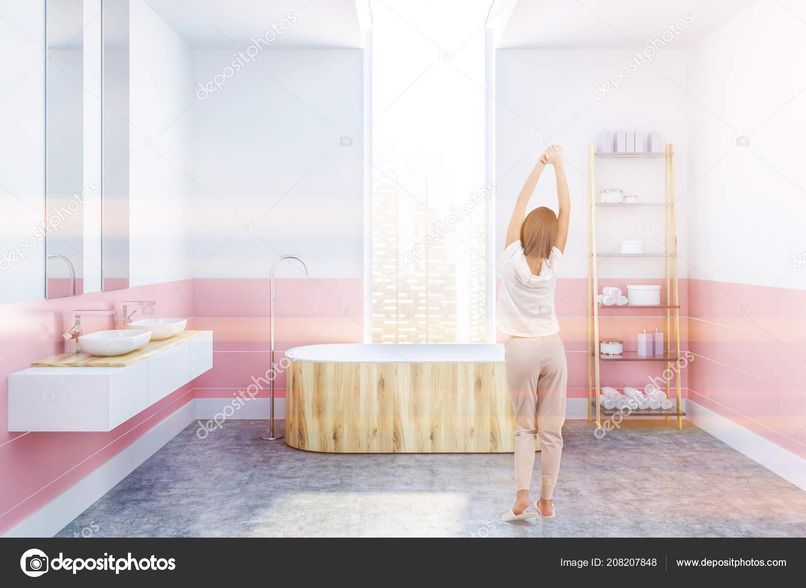 Femme Dans Intérieur Moderne Salle Bains Avec Des Murs Blancs ...