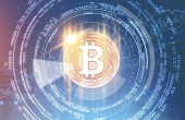 Hologram bitcoin proti zářící pohlcující rozhraní nad modrým pozadím. Hi tech a inovací komunikační koncept globálního světa. Tónovaný obrázek dvojitá expozice