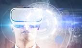 Mladý podnikatel v Vr brýle. HUD rozhraní a kolečka a kola popředí. Hi tech inovační komunikační globální svět koncept. Tónovaný obrázek dvojitá expozice