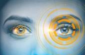 Zářící oranžové rozhraní proti šedýma očima mladé a hezké ženy. Koncept hi tech. Toned bitové kopie dvojitá expozice vysmívat se