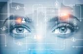 Tvář mladé atraktivní ženy s zářící hologram netwok na něm. Koncept hi tech a budoucnost inovací. Tónovaný obrázek dvojexpozicí mock-up