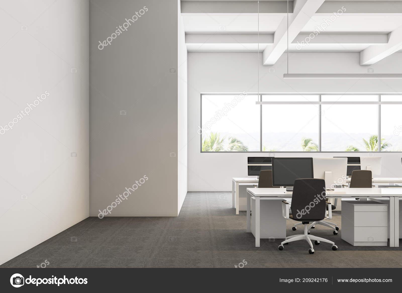 Intérieur bureau entreprise moderne aux murs blancs des bureaux