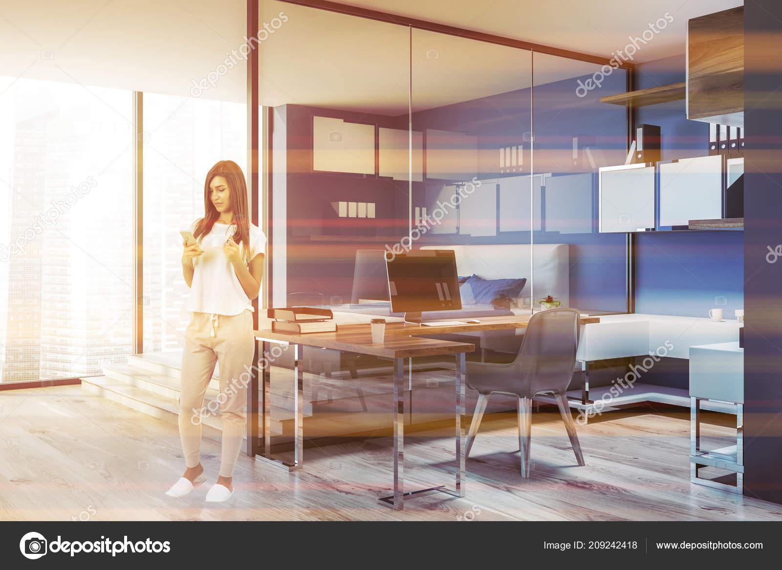 Femme intérieur compact bureau maison avec des murs bleus bois