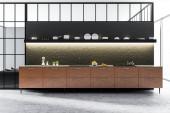 Černý a betonové zdi kuchyně interiér s dlážděnou podlahou, hnědé skříně a černé police s jídly. 3D vykreslování vysmívat se