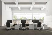 Společnost office interiér šedý koberec a řadami bílých počítačové stoly. Industriální styl interiéru s bílými stěnami a velkými okny s výhledem na oceán. 3D vykreslování vysmívat se