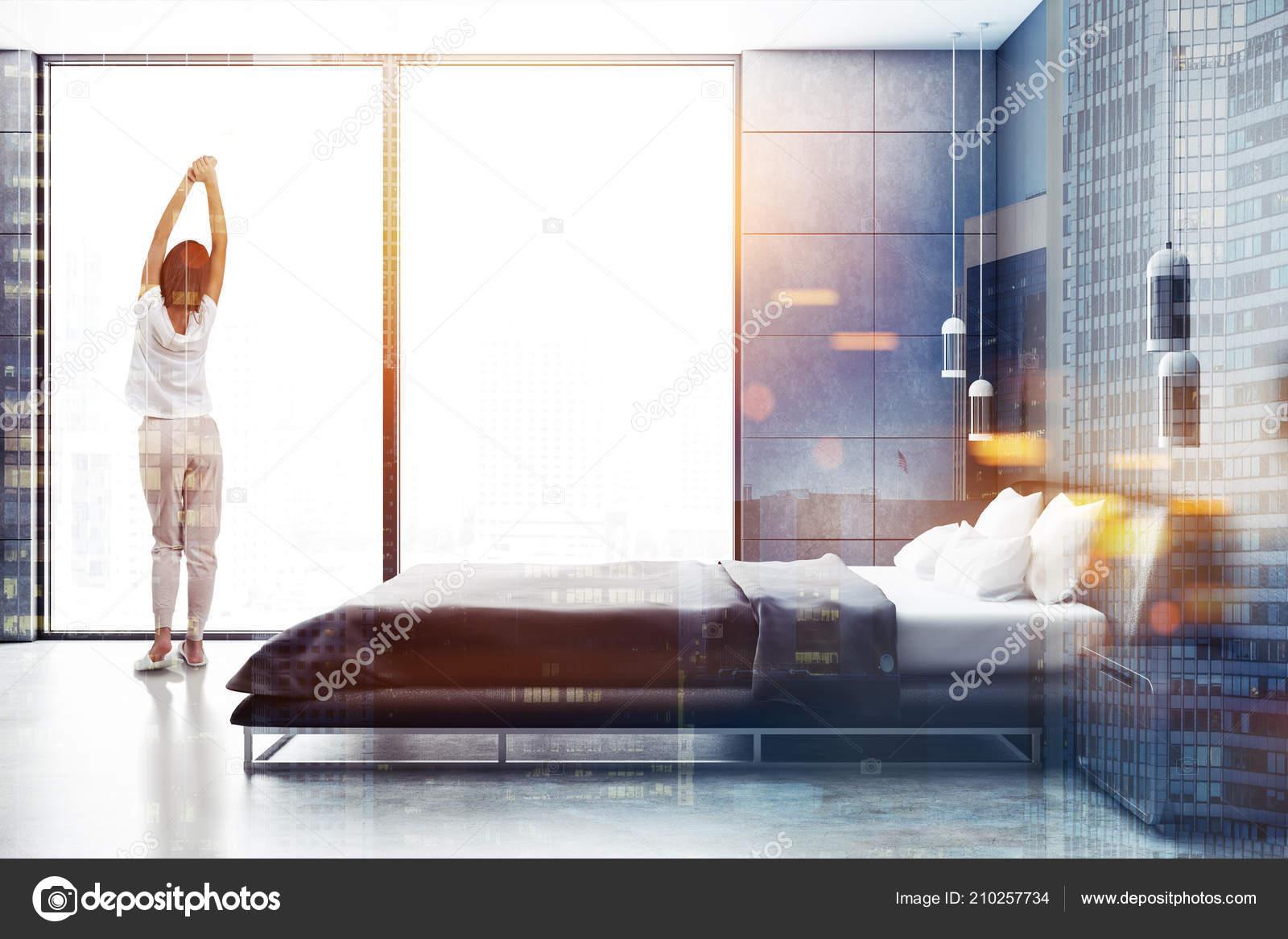 Femme Pyjama Intérieur Moderne Chambre Avec Murs Carreaux Gris ...