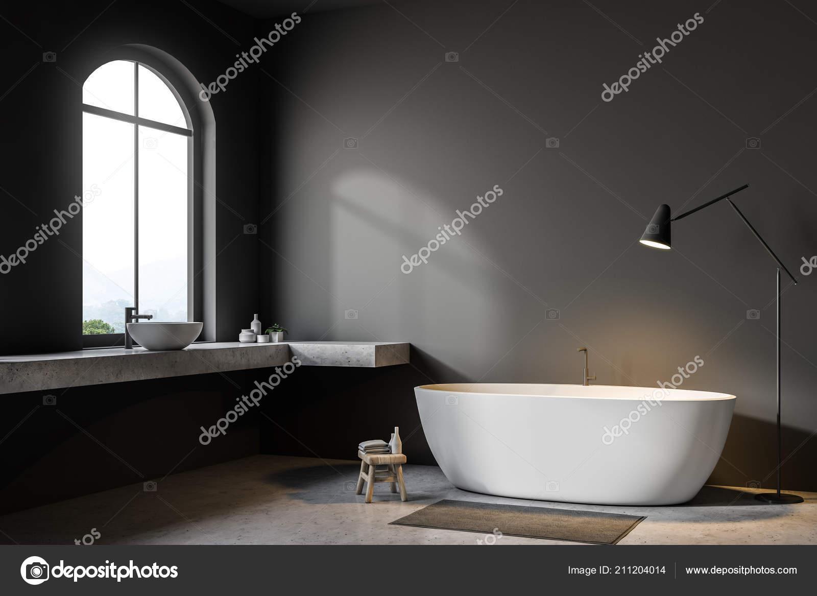 Graue Wand Bad Ecke Mit Betonboden Rundbogenfenster Weisse Badewanne