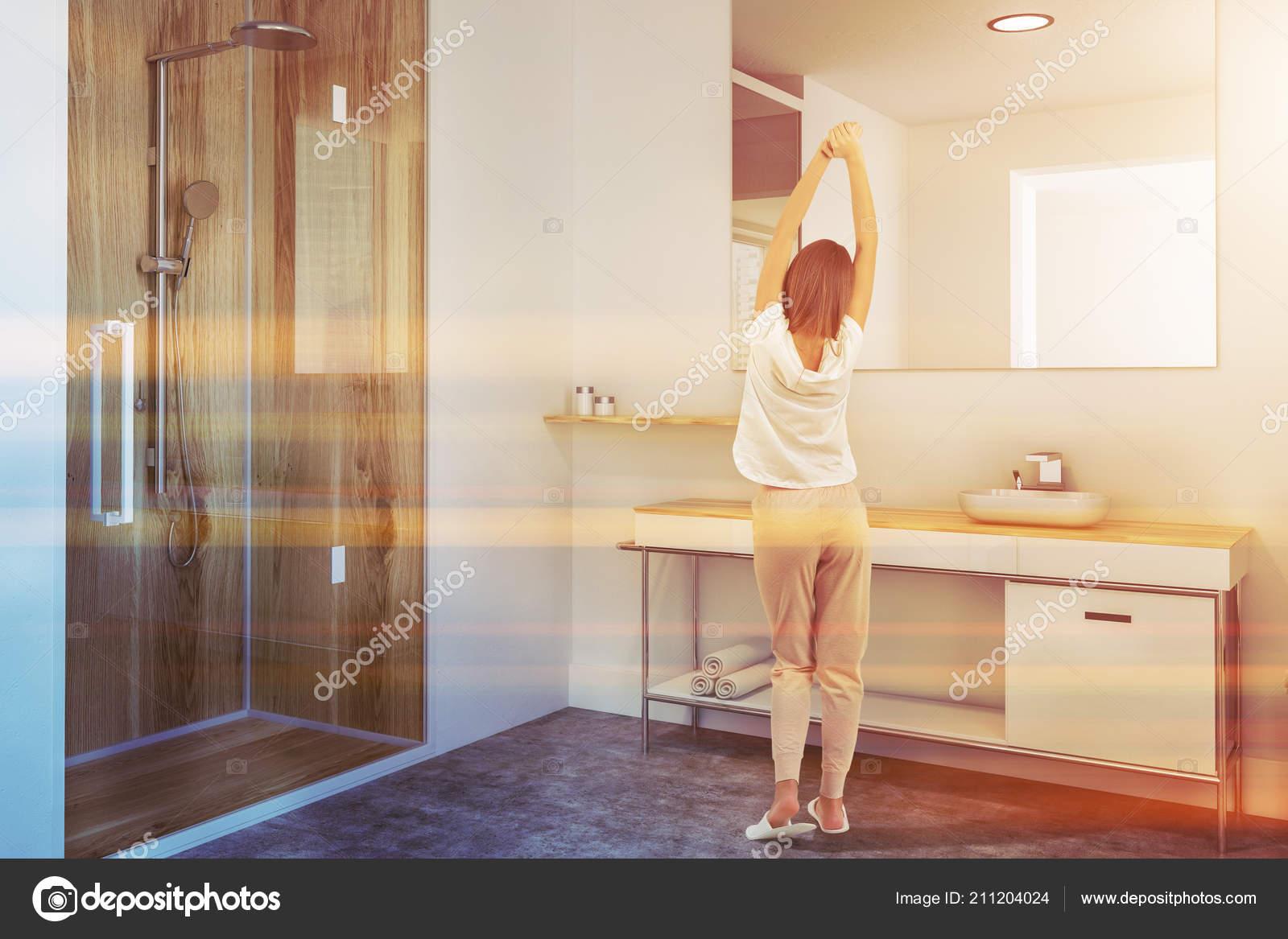 Mujer Interior Cuarto Baño Lujo Con Una Ducha Madera Mueble ...