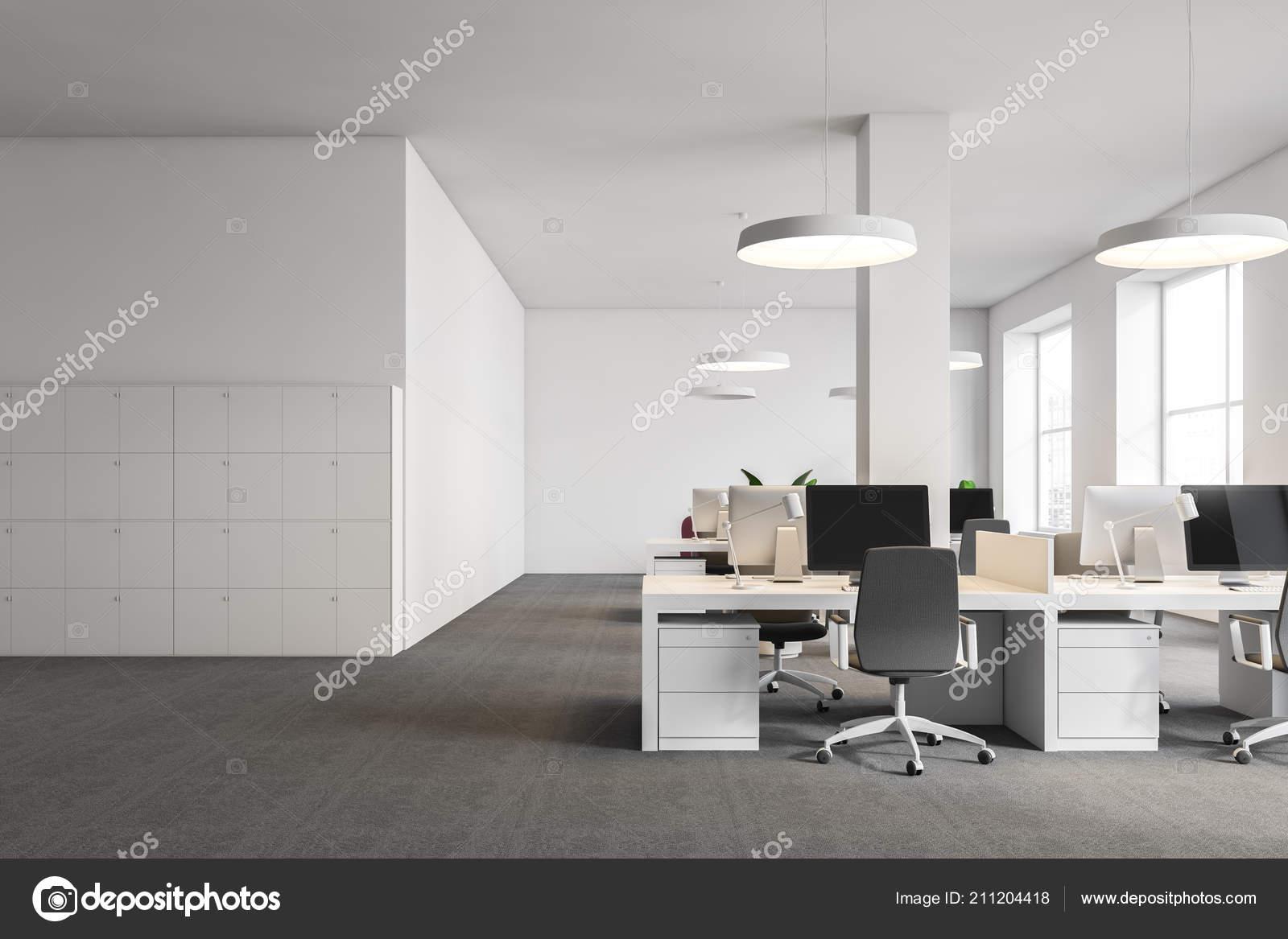Interno ufficio bianco con moquette grigia sul pavimento lampade
