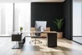 Moderní manažer kanceláře interiéru s dřevěnou podlahou, černá cihlové zdi, stylový počítač stůl a panoramatické okno. 3D vykreslování