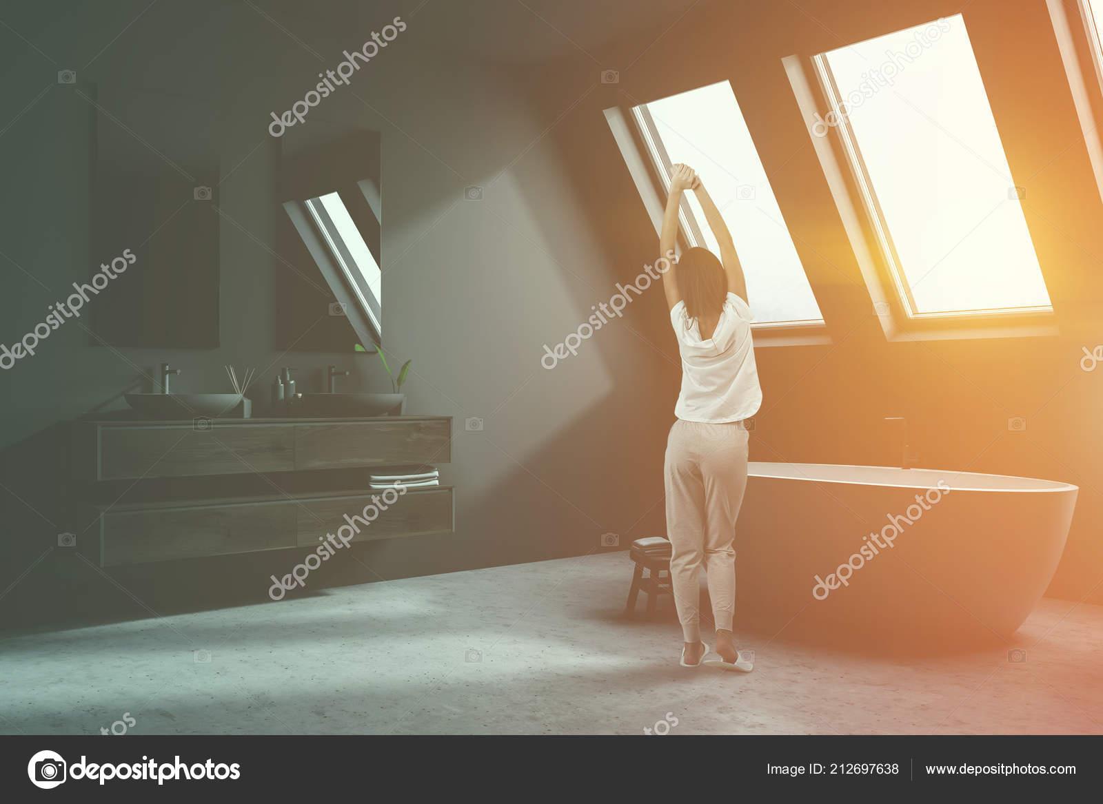 Vasca Da Lavare In Cemento : Donna bagno mansarda mattina con pavimento cemento grigio pareti