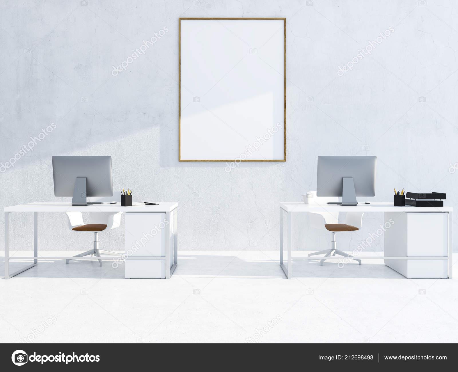 Intérieur bureau blanc moderne avec des rangées bureaux ordinateur
