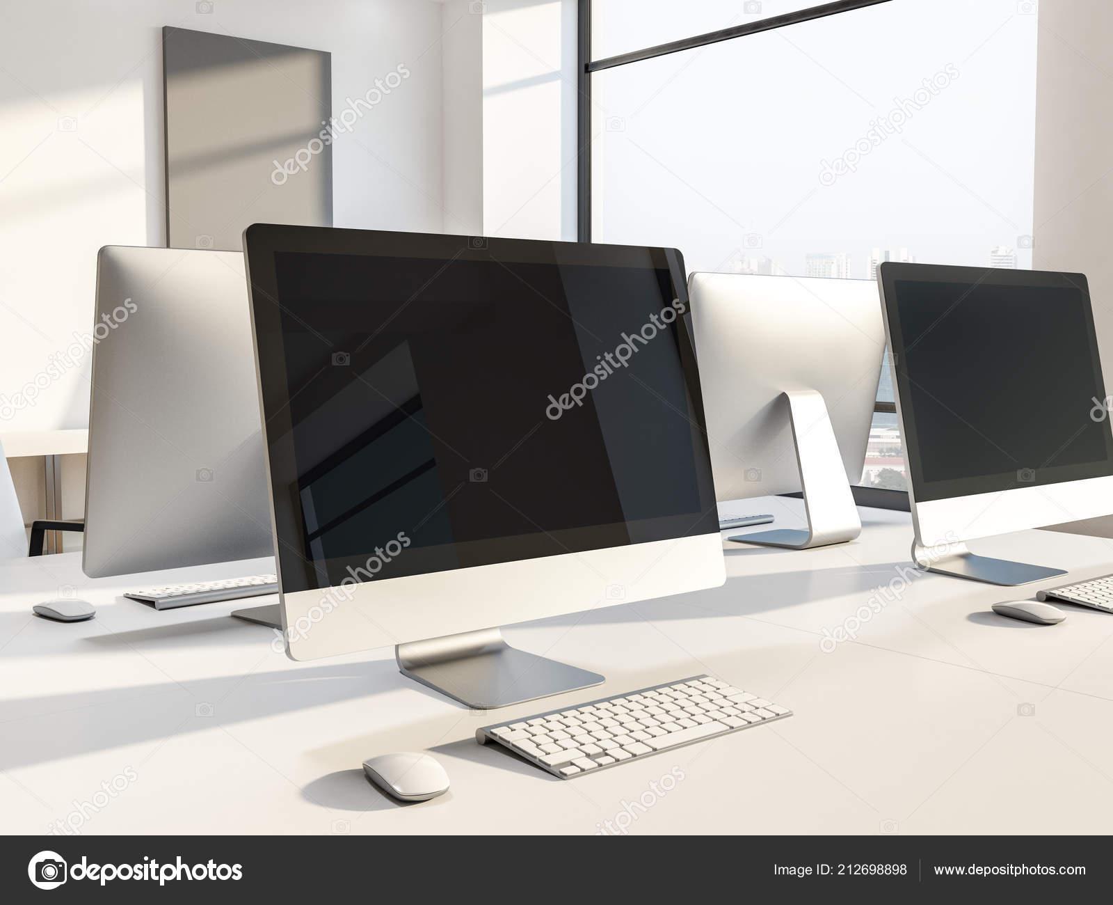 Les Écrans ordinateur noir sur blanc bureau tables laboratoire