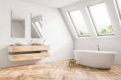 Fotografie Luxusní podkrovní koupelna roh v residenci styl minimalismus s dřevěnou podlahou, bílé stěny, dvoudřez, velká vana. Relaxace a péče o sebe sama koncepce. Zblízka. 3D vykreslování vysmívat se