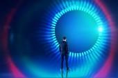 Zadní pohled mladého muže v obleku při pohledu na dokonalé rozhraní kolem s modrou a červenou hud. Hi tech a vr koncepce. Laděných prostor kopie dvojitá expozice obrazu