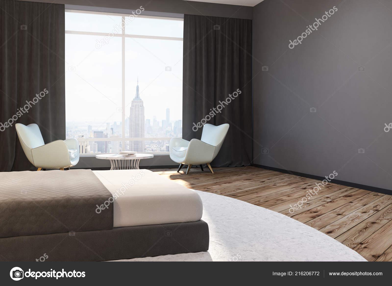 graue wand schlafzimmer mit kingsize bett parkettboden und zwei wei en stockfoto. Black Bedroom Furniture Sets. Home Design Ideas