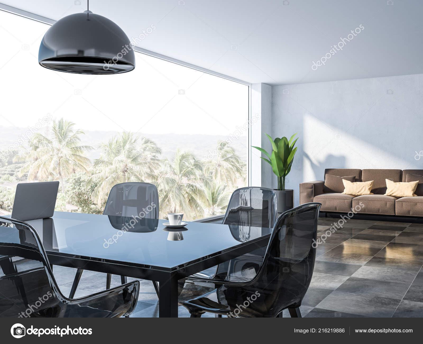 Interieur van eetkamer met witte muren geblokte vloer glazen tafel