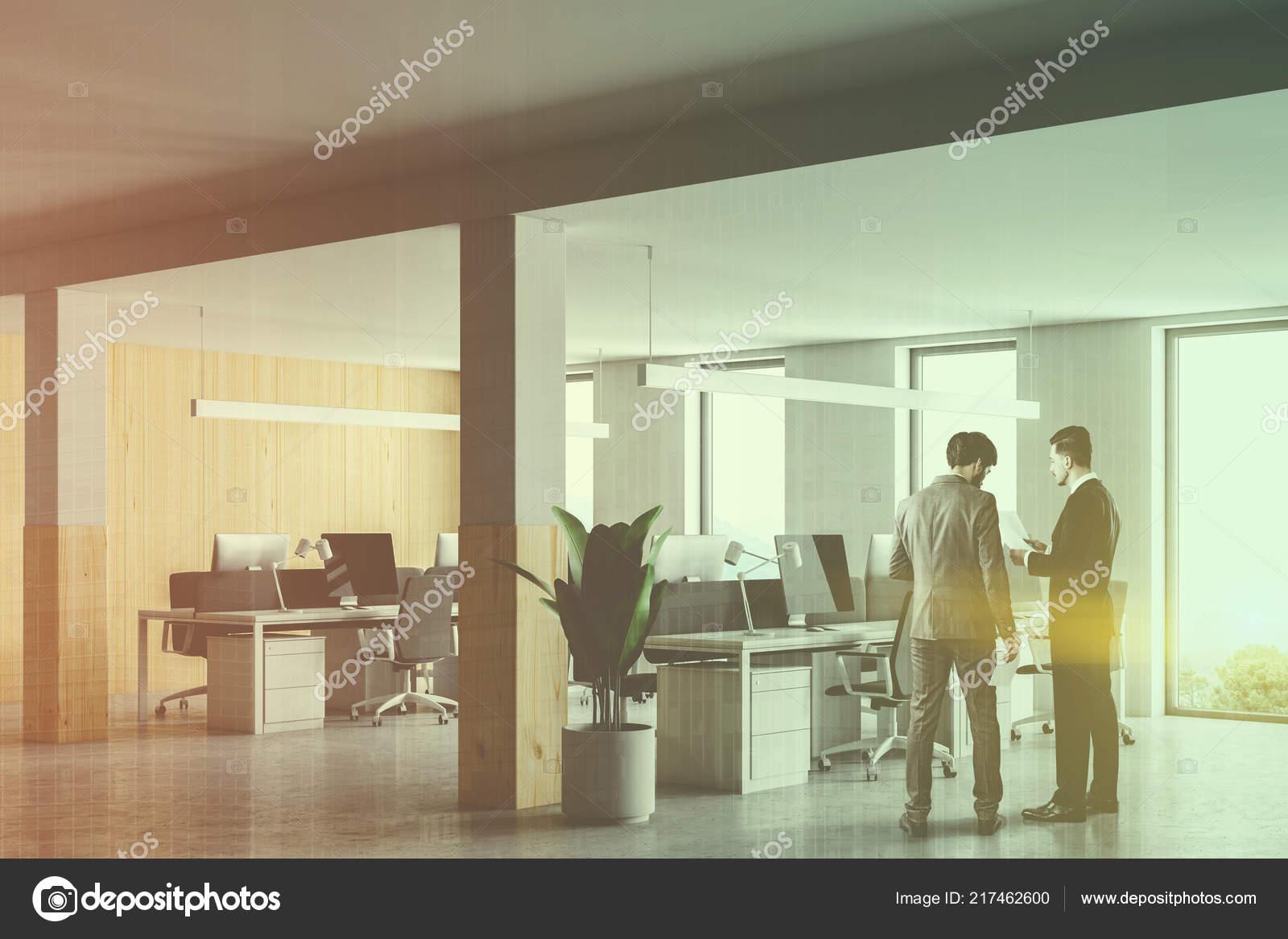 Due business partners discussing azienda problemi ufficio for Stock mobili ufficio