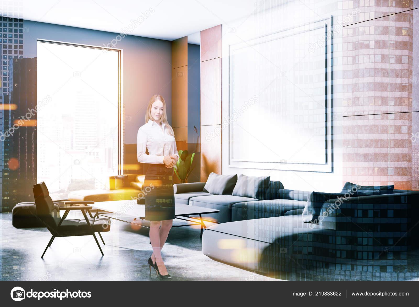 Blonde zakenvrouw grijs oranje muur woonkamer hoek met betonnen