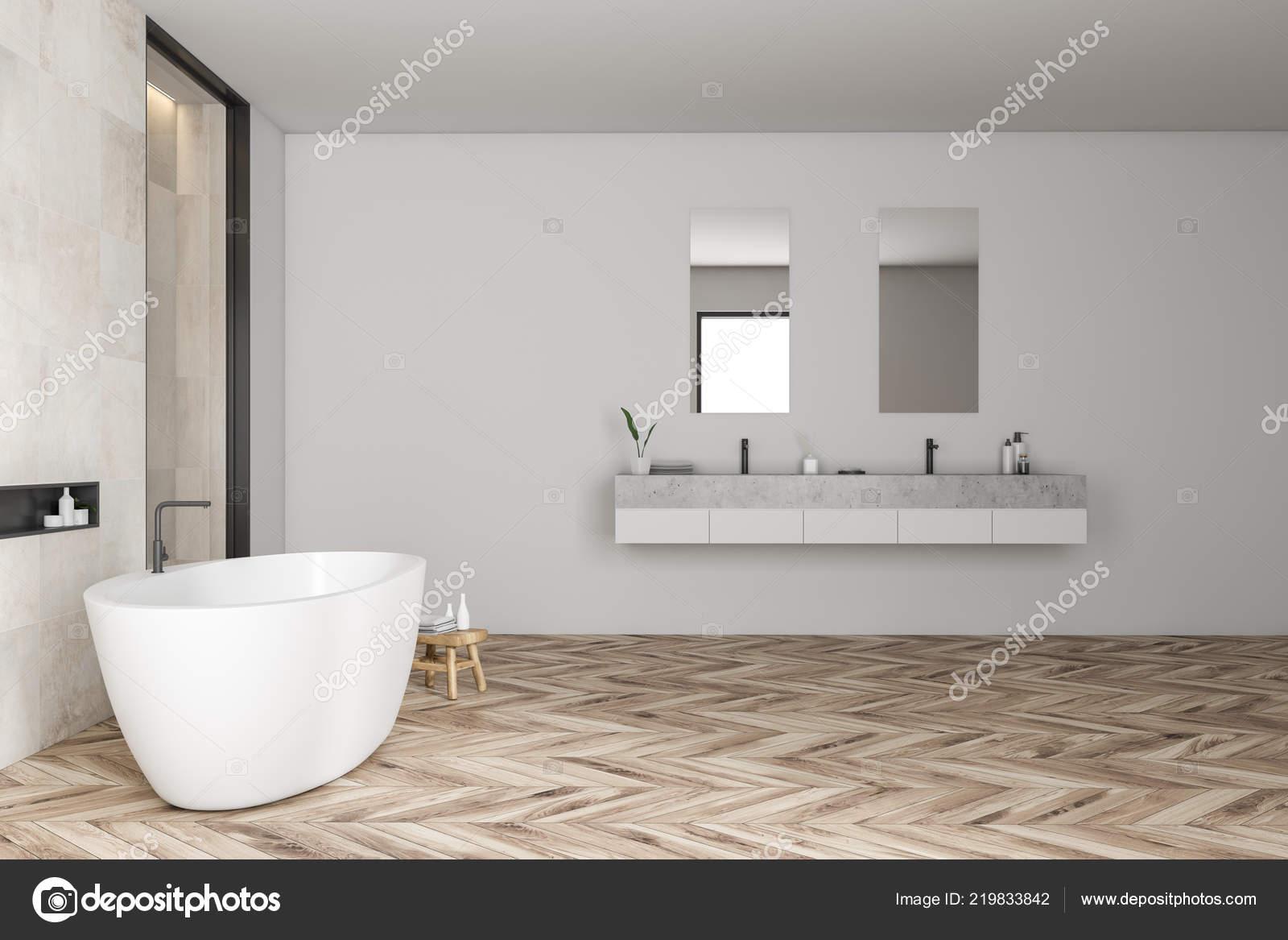 Vista laterale del moderno bagno con piastrelle bianche pareti