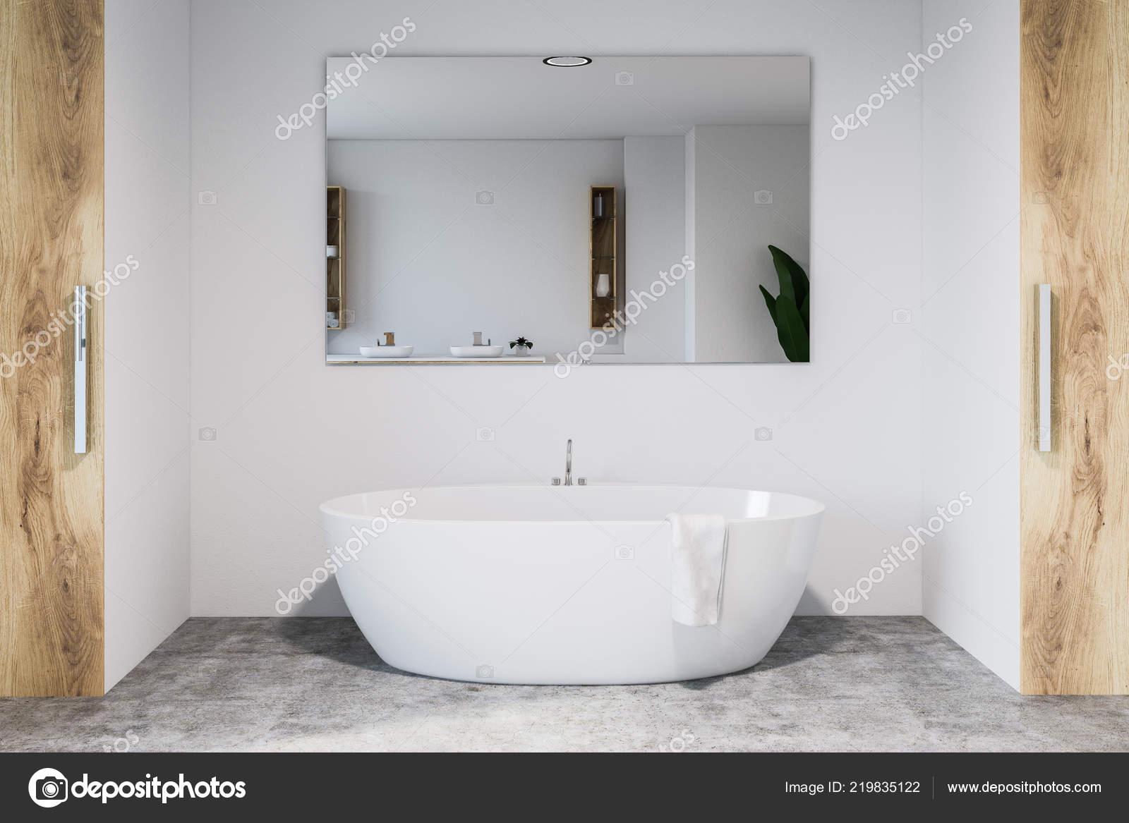 Interno del bagno moderno con pareti bianche pavimento for Pavimento interno moderno