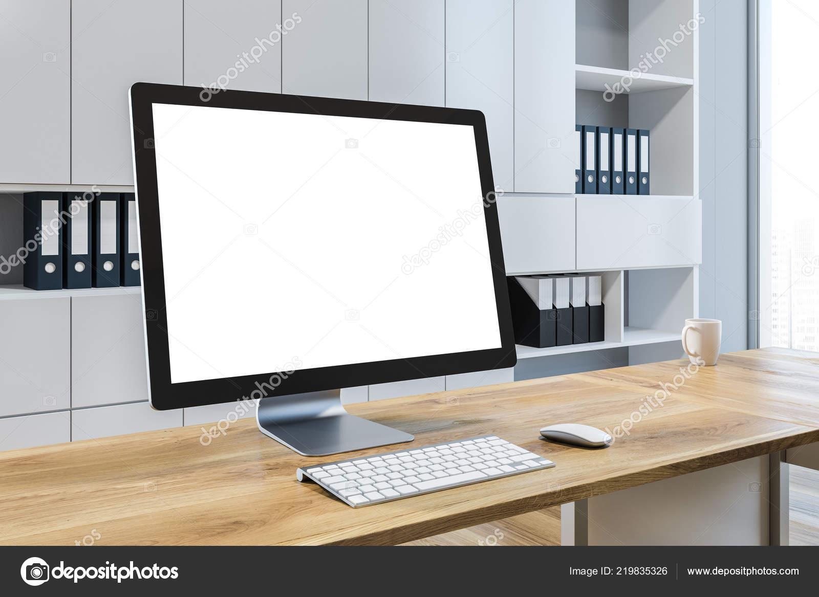 Maquette debout Écran ordinateur bureau avec des murs gris clair