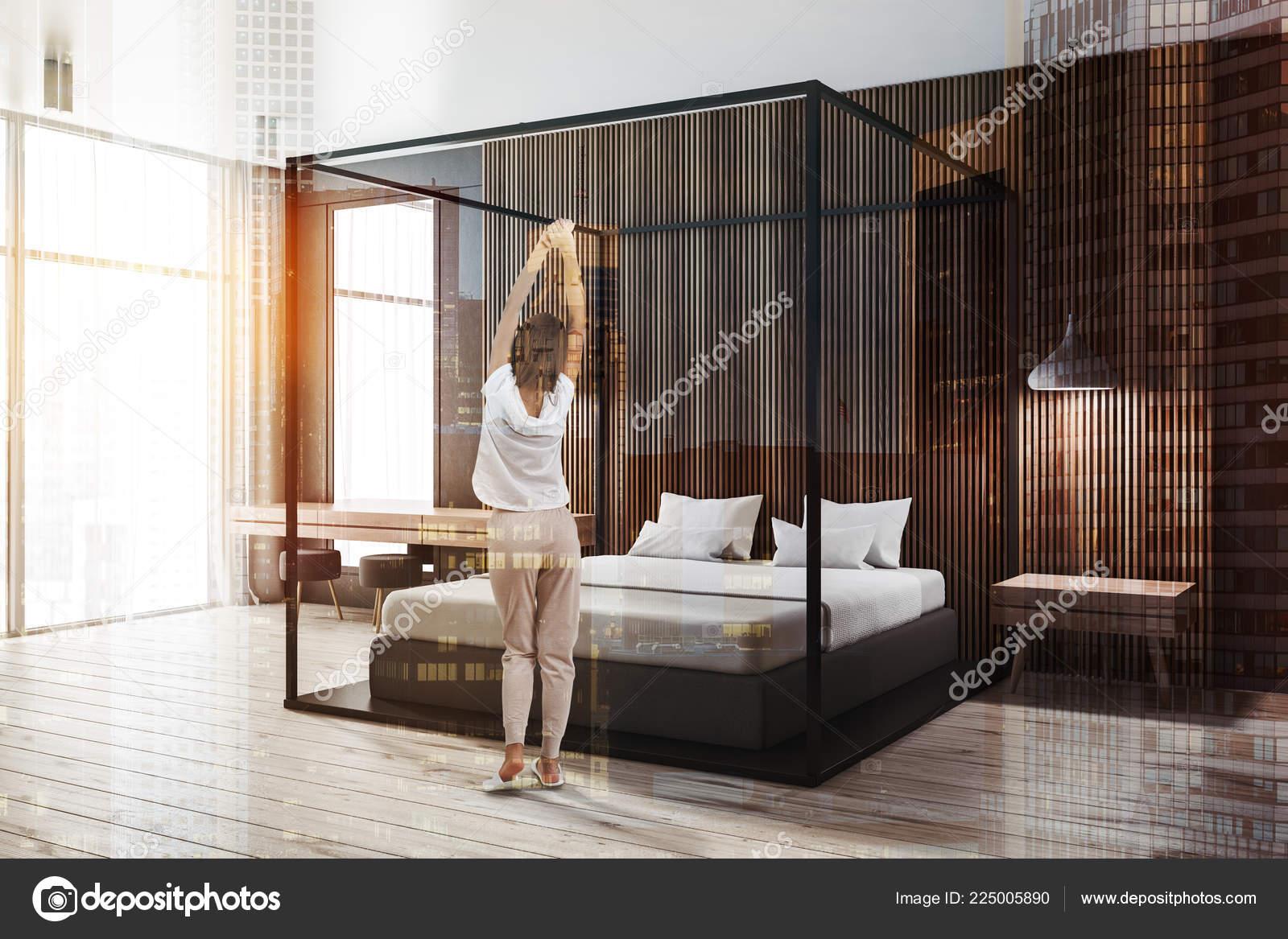 Femme Dans Coin Chambre Moderne Avec Des Murs Bois Foncés ...