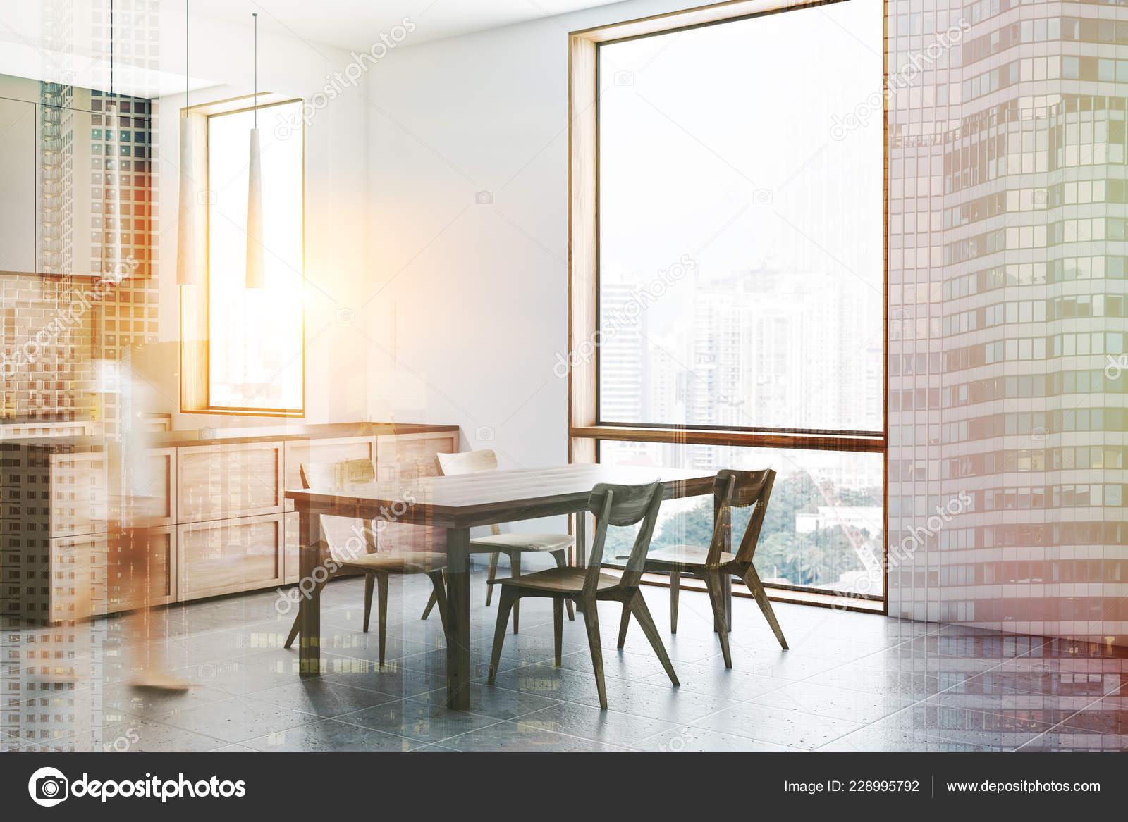 fe93393f7c9b Mujer en la esquina de la cocina moderna con paredes de ladrillo y blanco,  azulejos piso, mesada gris y madera y gris y madera de la barra con  taburetes.