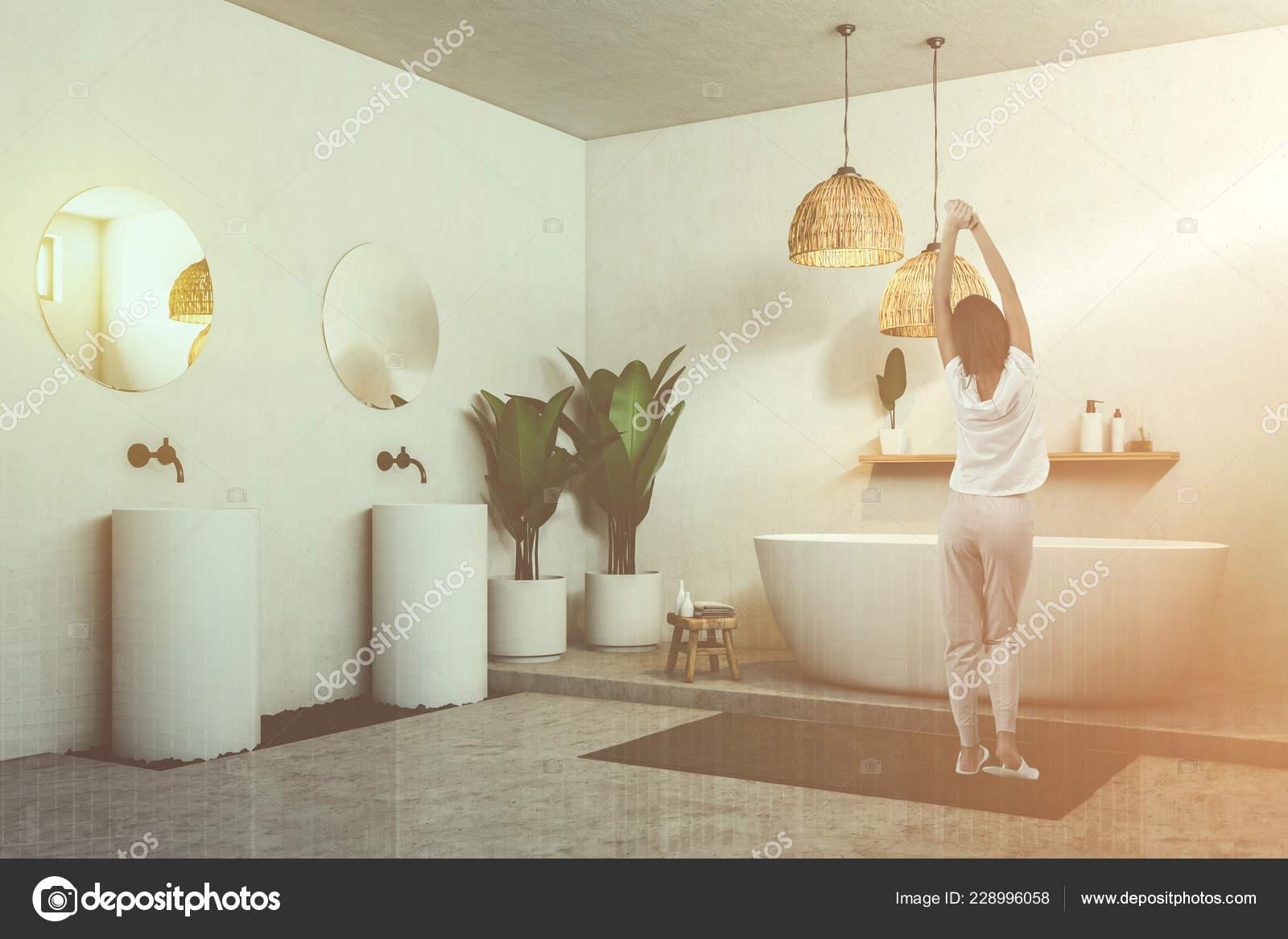 Espejos Redondos Lavabo.Mujer Esquina Bano Con Piso Concreto Blanco Banera Dos